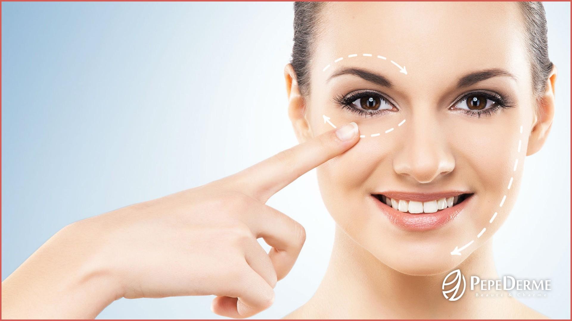 Proč je důležité starat se o oční kontury! Oční kontury a kůžička kolem očí patří k nejjemnějšímu místu na obličeji a také k nejvýraznějším rysům obličeje. Jsou často vystavovány nepříznivým vlivům vnějšího okolí a oční oblast je také více náchylnější k tvorbě vrásek. Hlavně kvůli zvýšené pohyblivosti svalů a mimice. Oční kontury mají větší potřebu hydratovat, právě pro to, že je zde pokožka velmi tenká, téměř bez mazových žláz. Na oční okolí působí mnoho dalších vlivů, samozřejmě zde hraje roli i věk, celkový zdravotní stav, ale také nedostatek spánku, stres, únava. To bývá často příčinou tvorby tmavých kruhů, otoků a již zmíněných vrásek.